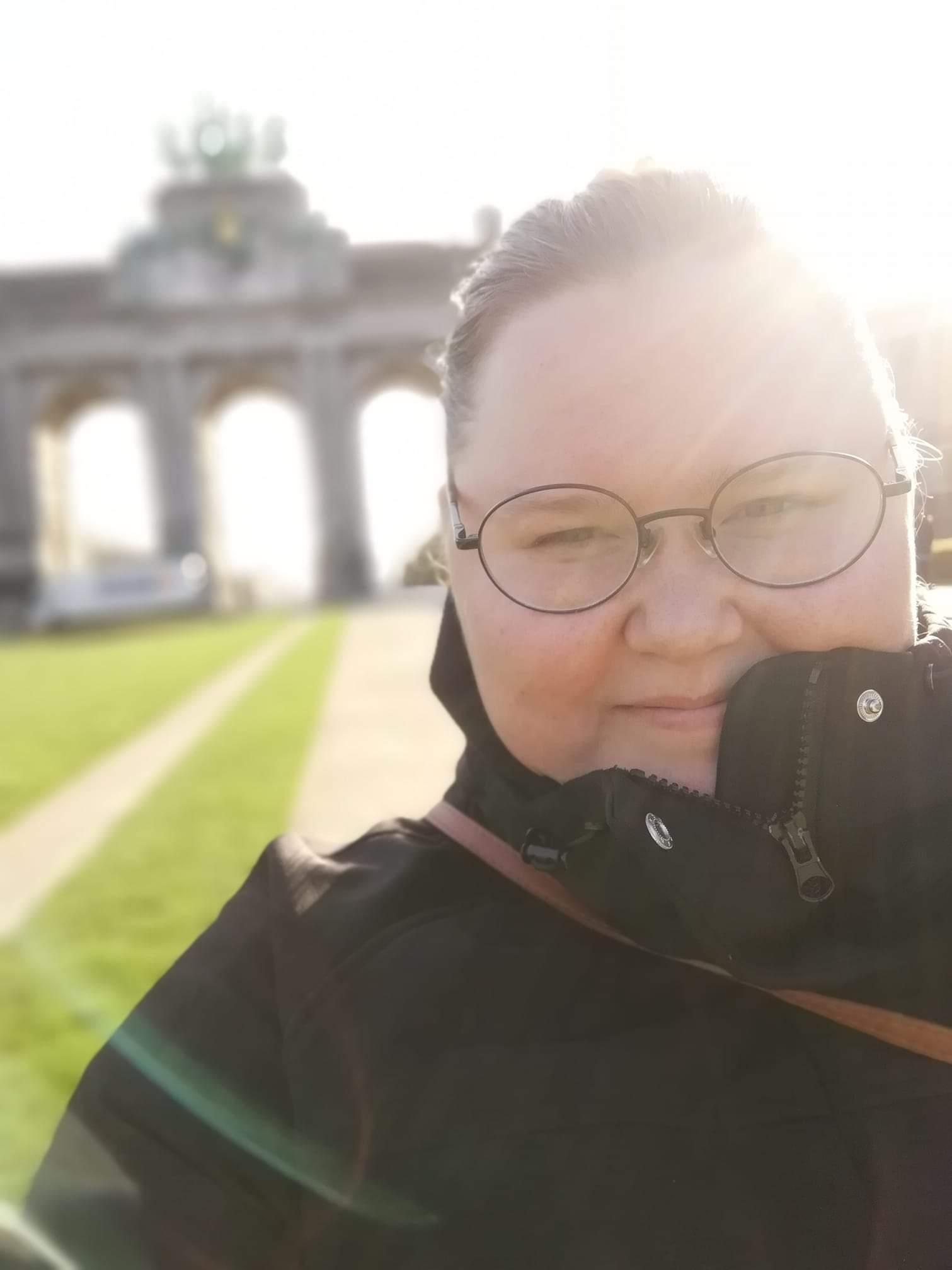 Selfiessä Fanni-Laura Mäntylä hymyilee. Häikäisevä auringonvalo hehkuu hänen hiuksissaan.