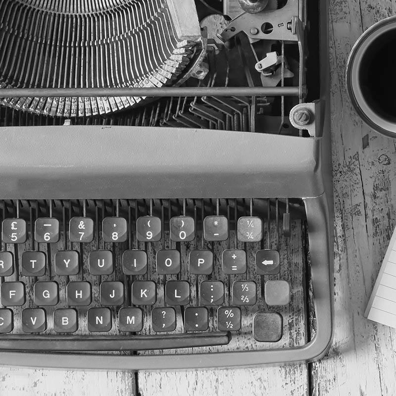 Mustavalkokuva vanhasta kirjoituskoneesta.