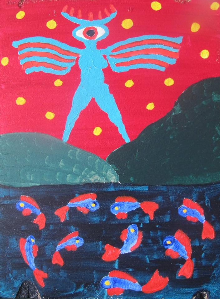 Pystysuuntaisessa maalauksessa turkoosinsininen myyttinen, yksisilmäinen hahmo seisoo siivet levällään rannalla. Vedessä parveilee sini-punaisia kaloja. Taivas leimuaa punaisena hahmon taustalla.