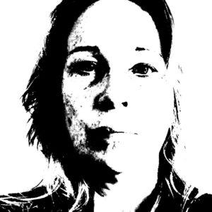 Mustavalkoinen voimakaskontrastinen valokuva kohti tuijottavan naisen kasvoista.