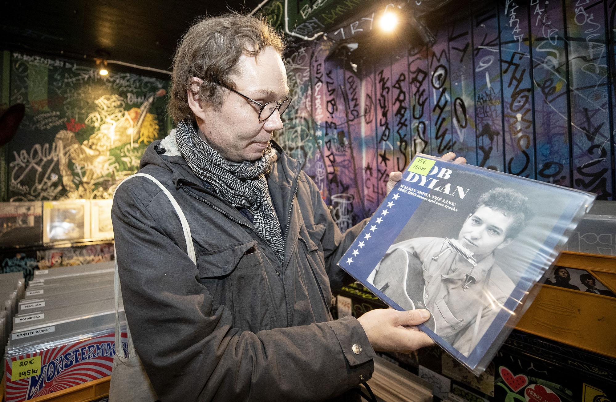 Levykaupassa Ville Kujala tutkii Bob Dylanin LP-levyä.