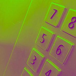 Räikeän vihreäksi ja violetiksi sävytetty lähikuva hissin numeropainikkeista.