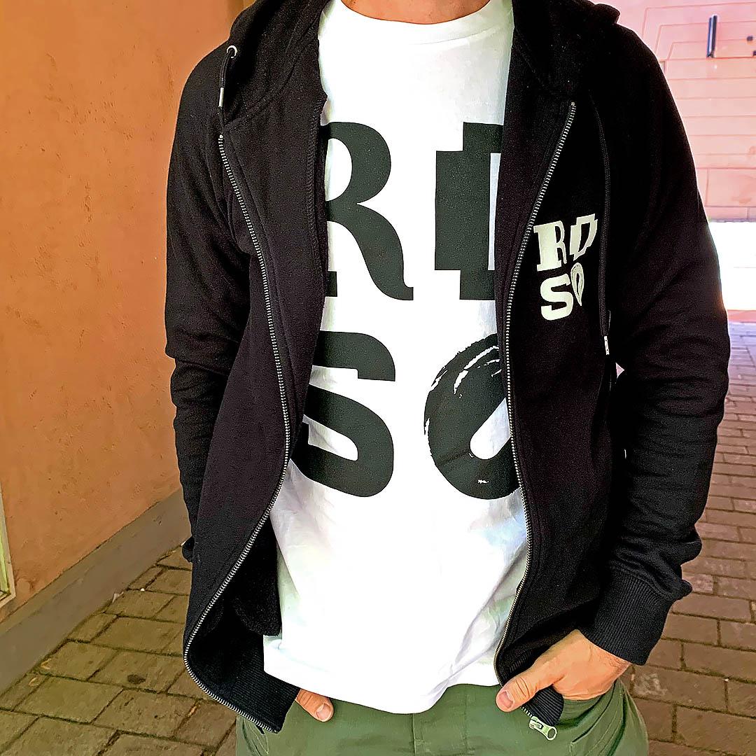 Miehen yllä on valkoinen T-paita, jossa on iso musta Roso-logo.