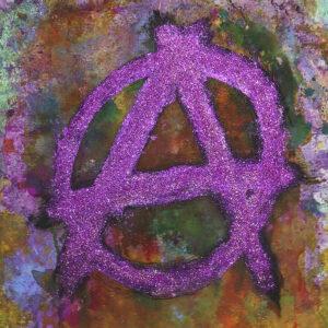 Kirjavan roiskemaalipohjan päälle on maalattu pinkillä kimalteella anarkian tunnus: iso a-kirjain ympyrän sisällä.